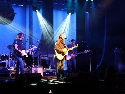 Naval-Aviation-Kenny-Loggins-on-stage
